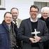 Vor der Adolph-Kolping-Schule präsentierte sich Landespräses Christoph Huber (Mitte) mit dem Kreuz als Gastgeschenk zusammen mit den Tagungsteilnehmern. Gastgeber waren Karl-Heinz Barth (2. v. l.) und der Regener Kolping-Präses Ludwig Limbrunner (r.) − Foto: Kolping